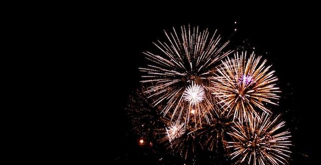 Het mooie vuurwerk fonkelt volledige hemel 's nachts Premium Foto