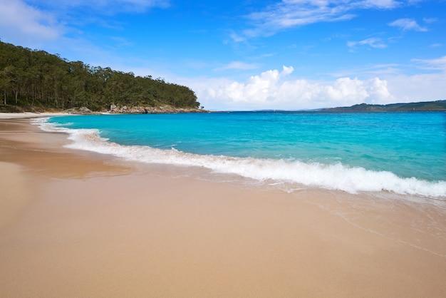 Het naaktstrand van figueiras in islas cies-eiland vigo Premium Foto