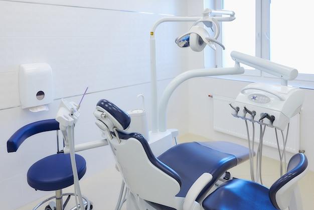 Het nieuwe interieur van een tandartspraktijk met wit en blauw meubilair Premium Foto