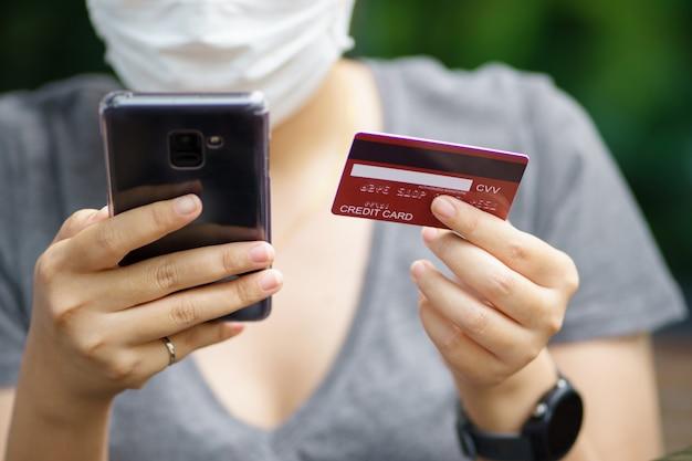 Het online winkelen met smartphone en het winkelen de leveringsdienst die van zakken als achtergrond het winkelen concept gebruiken Premium Foto