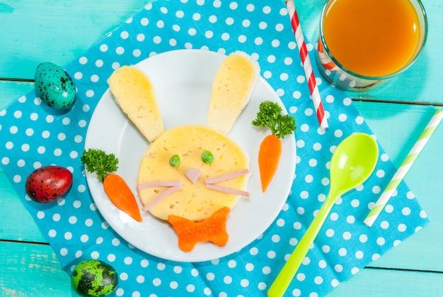 Het ontbijt van grappige kinderen met pasen Premium Foto
