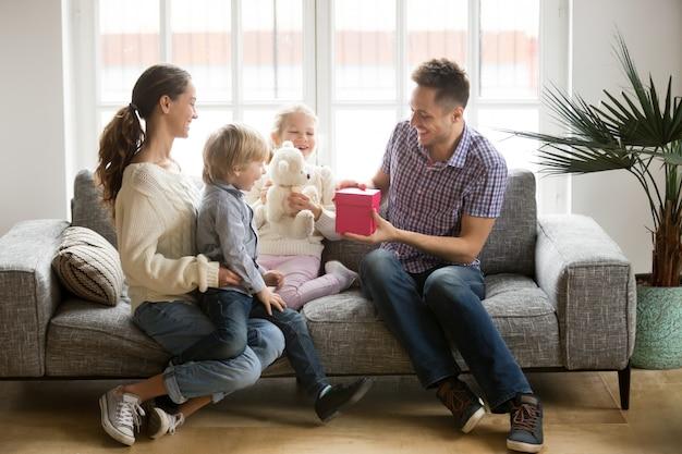 Het ontvangen van heden op het concept van de vadersdag, familiejonge geitjes die papa feliciteren Gratis Foto