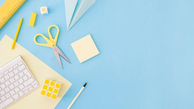 Het ontwikkelen van dingen die op een blauwe achtergrond leggen Gratis Foto