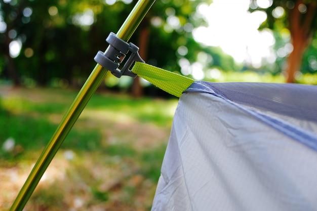 Het opzetten van een moderne tent, detail van de spanners die het gewicht van de binnencabine dragen. Premium Foto