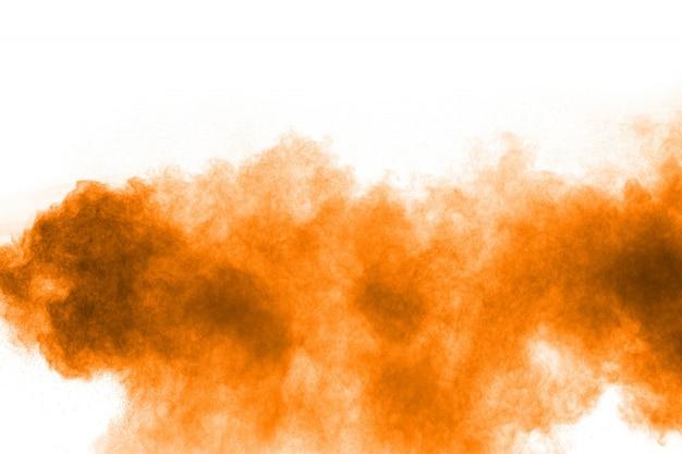 Het oranje kleurenpoeder ploetert op witte achtergrond. Premium Foto