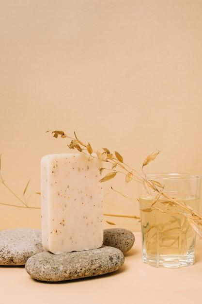 Het organische verticale schot van de zeepstaaf Gratis Foto