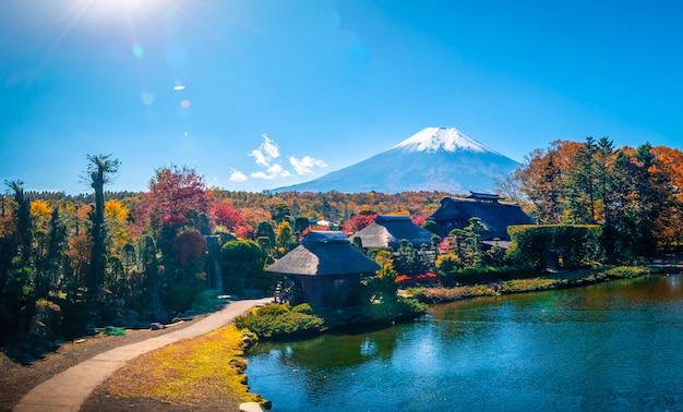Het oude dorp oshino hakkai met mt. fuji in de herfstseizoen in japan. Premium Foto
