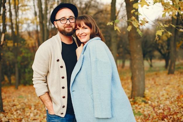Het paar brengt tijd in een de herfstpark door Gratis Foto