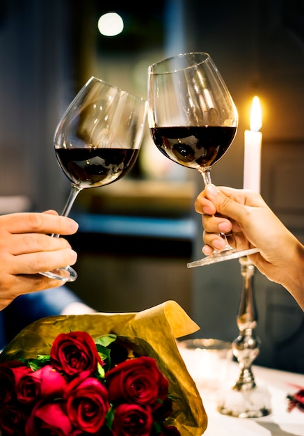 Het paar viert de dag van de valentijnskaart samen Gratis Foto
