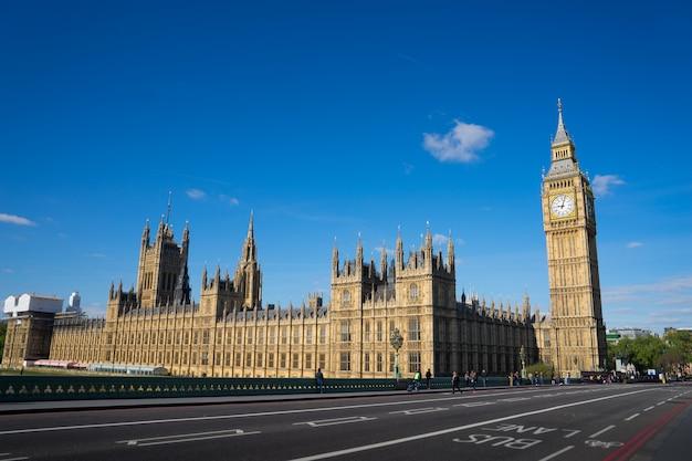 Het paleis van westminster big ben op zonnige dag, londen, engeland, het uk Premium Foto