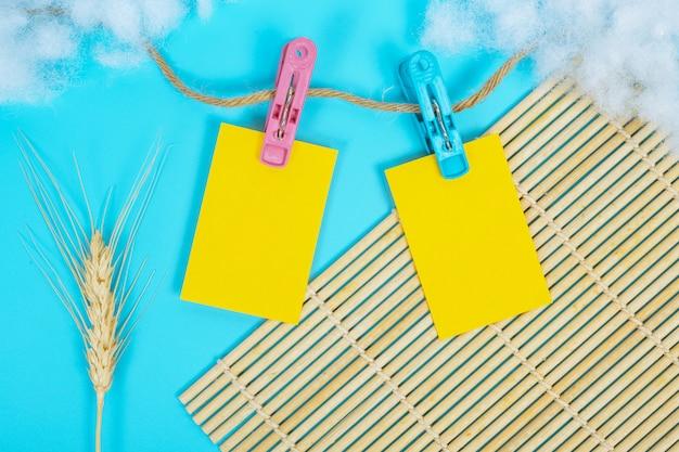 Het papier dat aan de touwrail was gehangen, werd op een blauw geplaatst. Gratis Foto