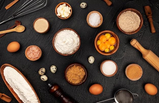 Het patroon van bakselingrediënten voor deeg op zwarte Premium Foto