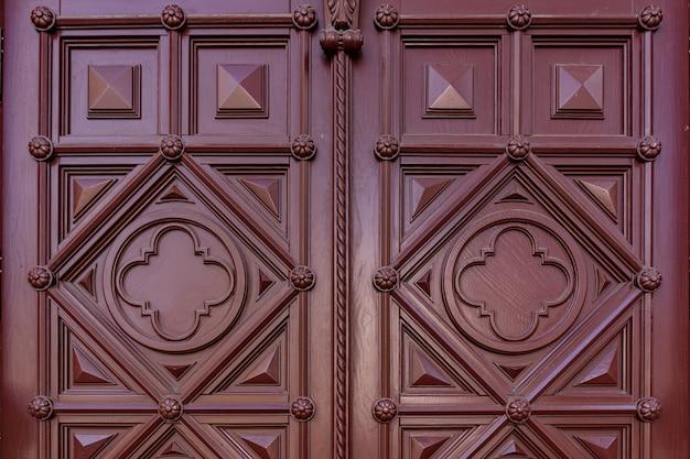 Het patroon van donker bordeauxrood hout. textuur van oud gedroogd triplex. mahonie achtergrond voor ontwerp. Gratis Foto