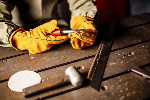 Het plasmamateriaal van de arbeidersholding in staalfabriek. Gratis Foto