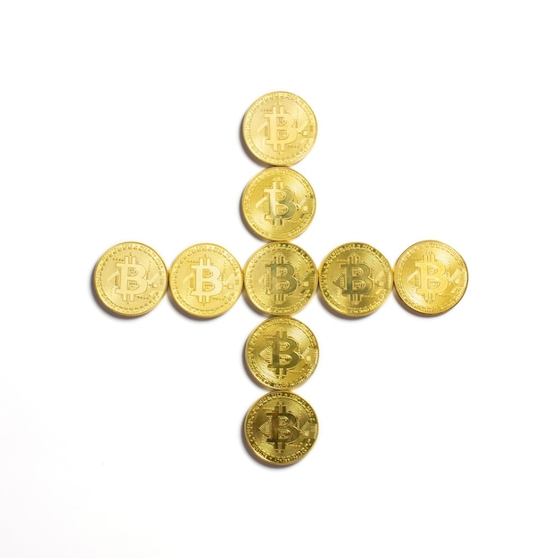 Het plusteken is opgemaakt uit bitcoin-munten en geïsoleerd op een witte achtergrond Gratis Foto