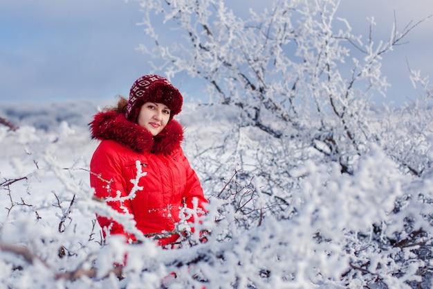 Het portret van aardige vrouwen in het de winterbos Premium Foto