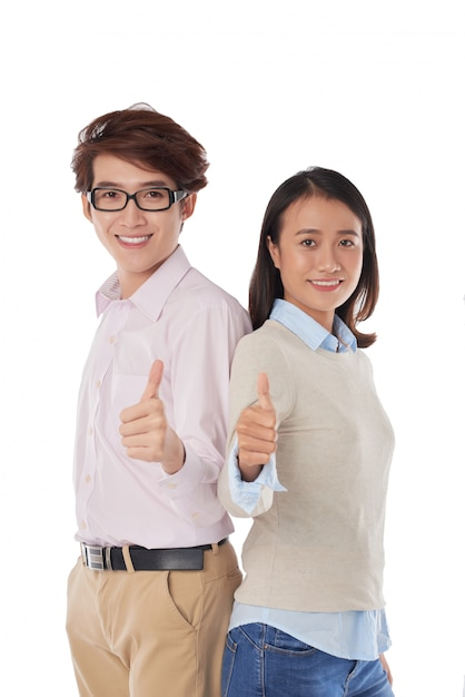 Het portret van aziatische meisje en jongen die zich rijtjes bevinden beduimelt omhoog Gratis Foto