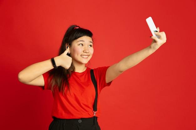 Het portret van de aziatische tiener geïsoleerd Gratis Foto