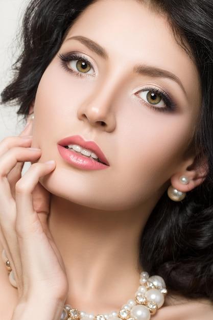 Het portret van de close-upschoonheid van jong vrij donkerbruin model met mooie samenstelling. Premium Foto