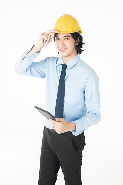Het portret van de kaukasische knappe techniekmens is zeker op witte achtergrond Premium Foto