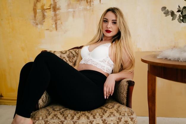 Het portret van de manier van een mooi blondemodel Gratis Foto