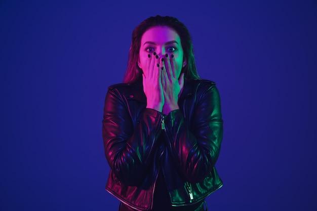 Het portret van de mooie vrouw in kleurrijk neonlicht Gratis Foto