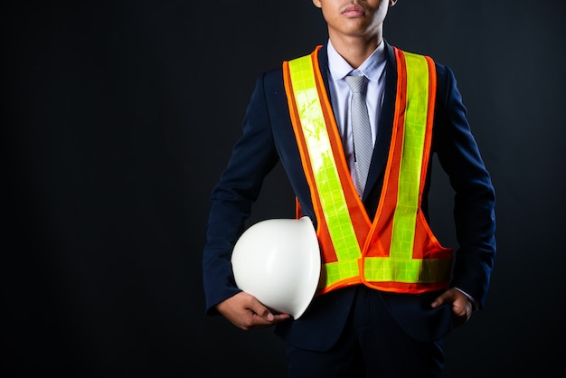 Het portret van een vrolijke jonge ingenieur van de zakenmanbouwwerf, sluit omhoog. Gratis Foto
