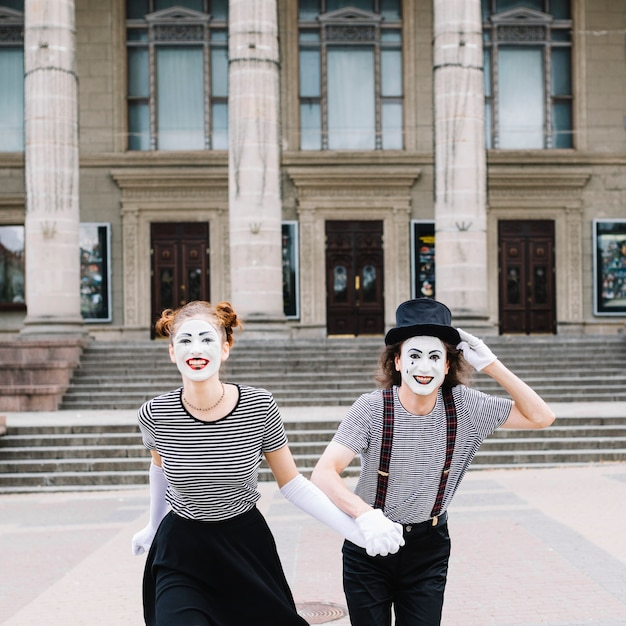 Het portret van gelukkig bootst paar na die voor trap lopen Gratis Foto