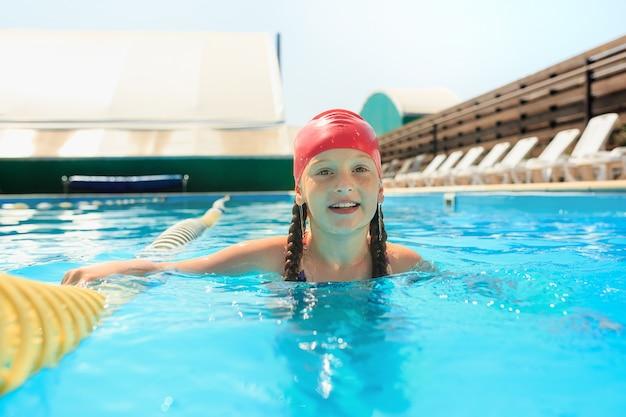 Het portret van gelukkig lachend mooie tiener meisje bij het zwembad Gratis Foto