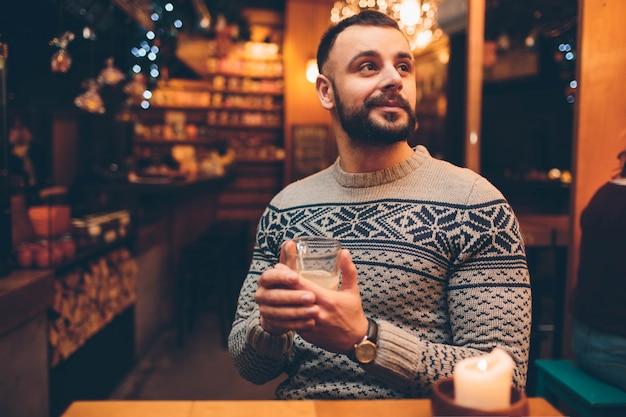 Het portret van knappe kerel houdt een glas Premium Foto