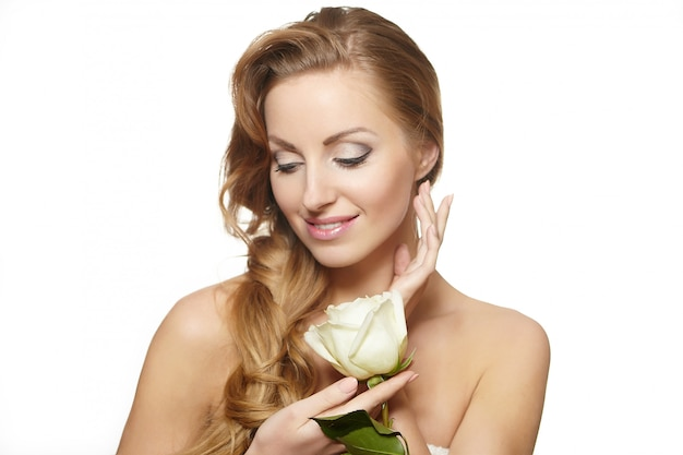 Het portret van sensuele mooie vrouw met rood nam op wit lang krullend haar toe als achtergrond, heldere make-up Gratis Foto