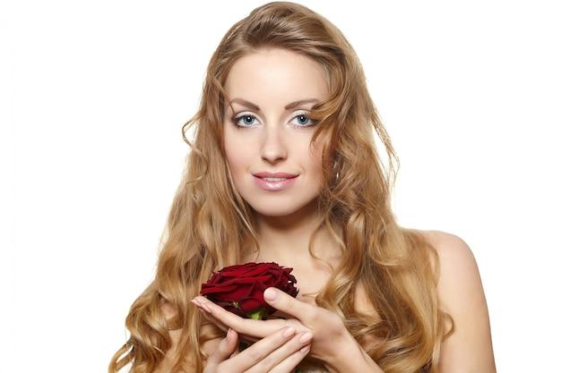 Het portret van sensuele mooie vrouw met rood nam op wit toe Gratis Foto