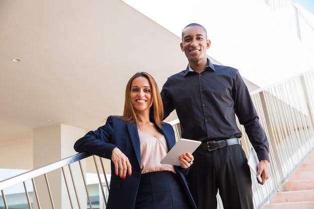 Het positieve succesvolle professionele stellen in commercieel centrum Gratis Foto