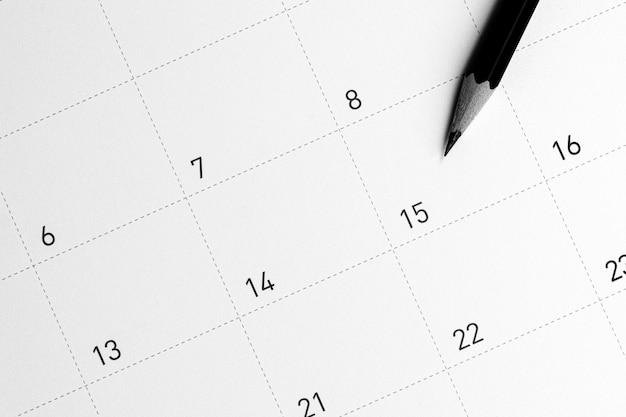 Het potlood wijst naar de 15 in de kalender. Premium Foto