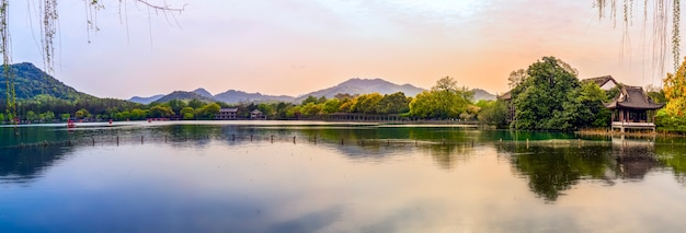 Het prachtige landschap en architecturale landschap van west lake in hangzhou Premium Foto