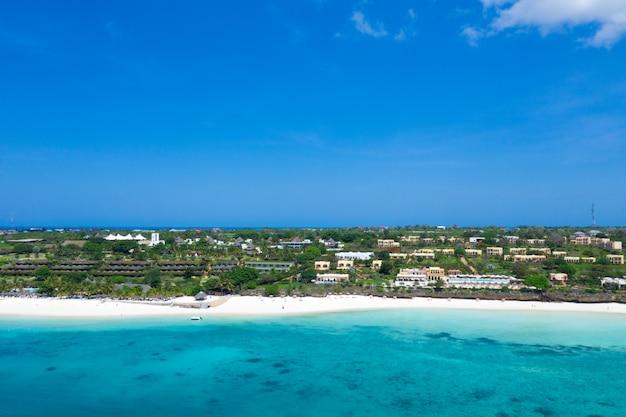 Het prachtige tropische eiland zanzibar vanuit de lucht bekijken. zee in zanzibar strand, tanzania. Premium Foto