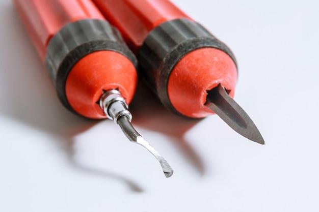 Het proces van het ontbramen van metaal. ontbramer voor metaal, hout, aluminium, koper en kunststof. Premium Foto