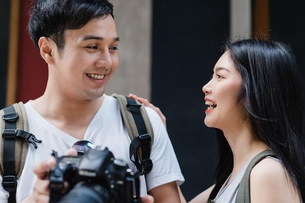 Het reizigers aziatische paar die camera gebruiken voor neemt een beeld terwijl het besteden vakantiereis in peking, china Gratis Foto