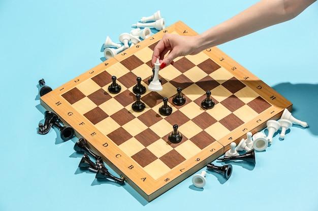 Het schaakbord en het spelconcept van zakelijke ideeën en concurrentie. Gratis Foto
