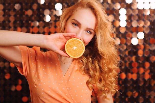Het schitterende jonge blonde stellen op een heldere muur Premium Foto
