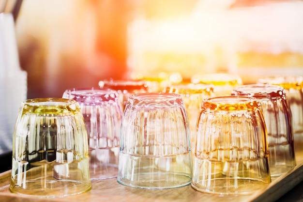 Het schone glas voor water het drinken dient in barrestaurant Premium Foto