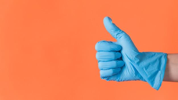 Het schoonmaken van concept met de hand doen duimen omhoog Gratis Foto