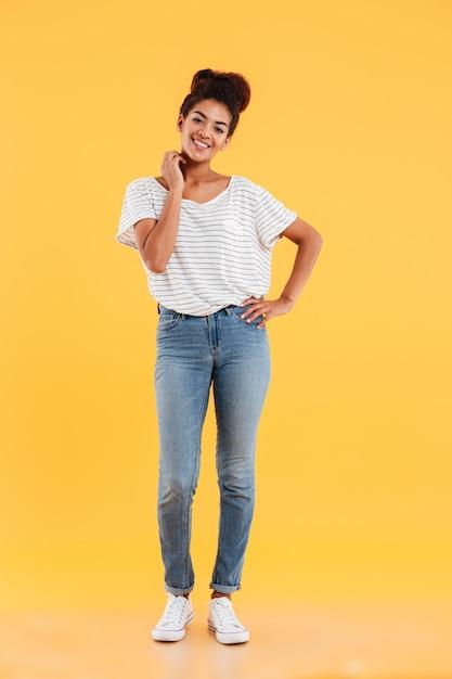 Het schot van gemiddelde lengte van vrij het afrikaanse dame geïsoleerd glimlachen Gratis Foto