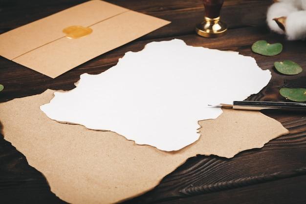 Het schrijven van de groetkaart van de vakantie uitstekende stijl op houten lijst, exemplaarruimte Premium Foto