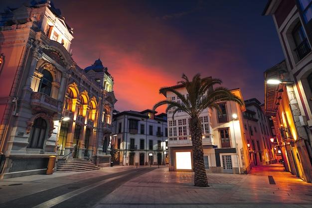 Het stadhuiszonsondergang van de llanesstad in asturias spanje Premium Foto