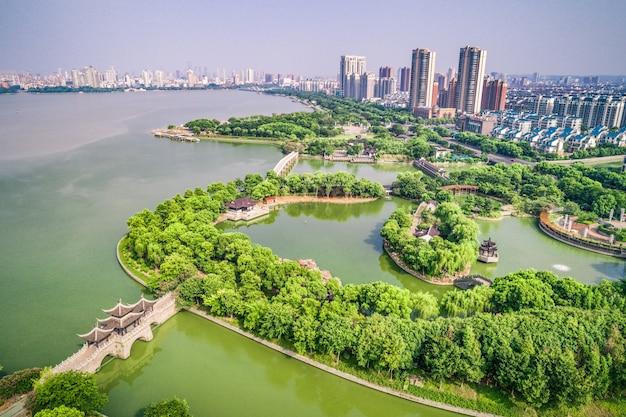Het stadspark met meer Gratis Foto