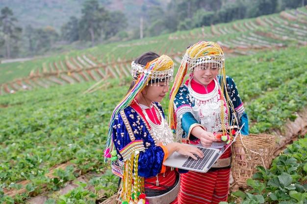 Het stammeisje dat van de landbouwer digitale tablet gebruikt Gratis Foto