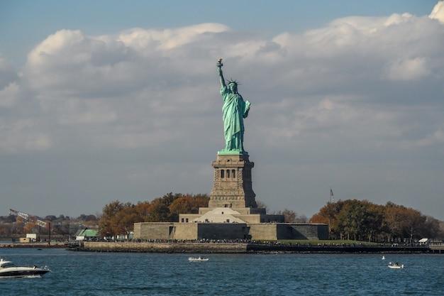 Het standbeeld van vrijheid op liberty-eiland Premium Foto