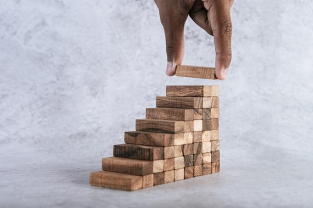 Het stapelen van houten blokken loopt een risico bij het creëren van ideeën voor bedrijfsgroei. Gratis Foto
