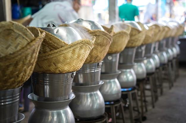 Het stomen van glutineuze rijst in de markt, thailand. Premium Foto